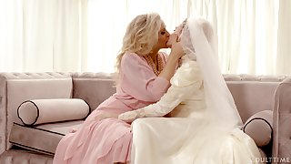 Hot babe Julia Ann bends a wedding into a unconditionally deviating pussy licking aerobics